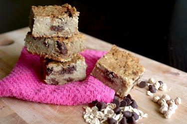 Brownie branco saudável de grão-de-bico