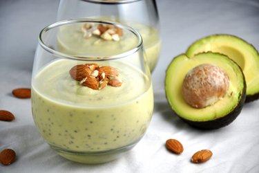 Pudim saudável de abacate e chia