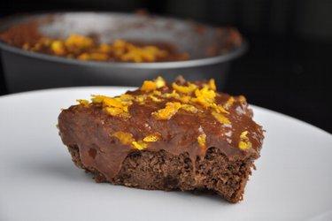 Bolo de grão-de-bico saudável com chocolate e laranja