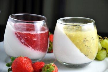 Gelatina saudável e cremosa de coco e frutas