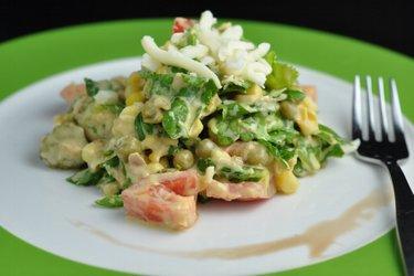 Salada fitness com atum, ervilha e queijo