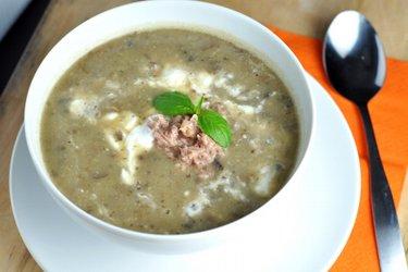 Sopa simples de batata, cogumelos e atum