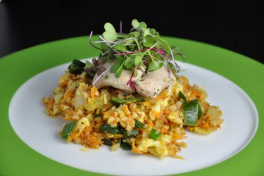 Coxas de frango light sobre salada de cenoura, alho-poró e trigo sarraceno