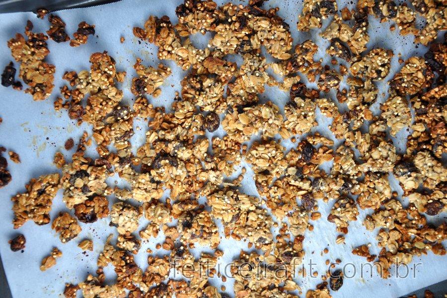 Granola caseira saudável (Muesli) com aveia, trigo sarraceno e quinoa