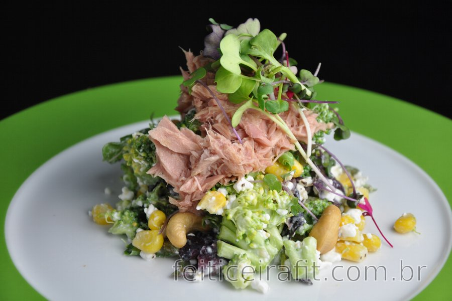 Salada fit de brócolis com queijo cottage, atum e milho