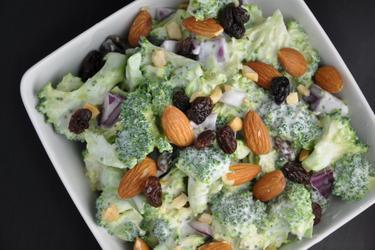 Salada de brócolis e passas com amêndoas
