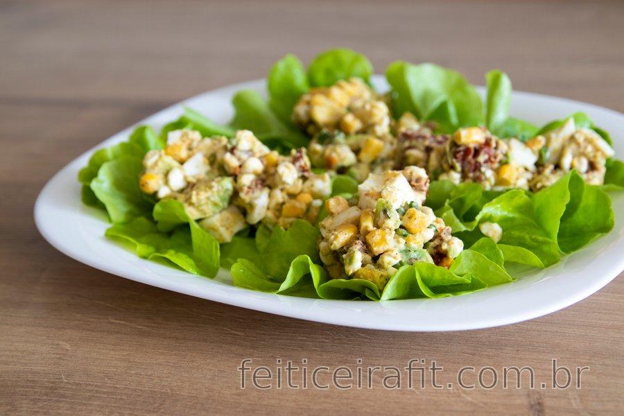 A melhor salada saudável de ovo e abacate