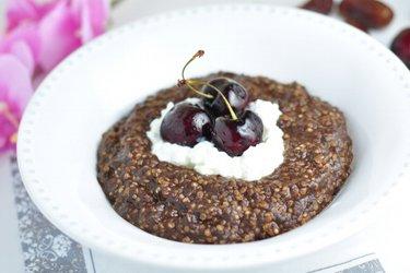 Mingau de quinoa com café e chocolate