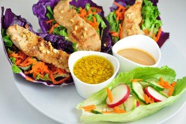 Wraps de vegetais e frango com dois molhos