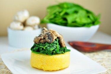 Polenta com espinafre e cogumelos