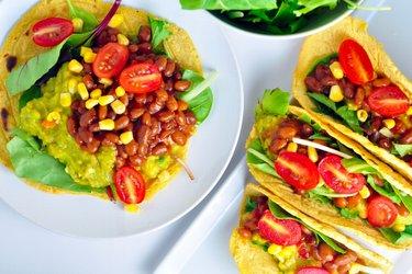 Tortilhas de milho recheadas com abacate e feijão