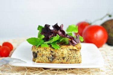 Torta salgada de painço com cogumelo e sardinha