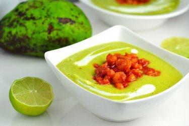 Sopa fria de abacate com camarão picante