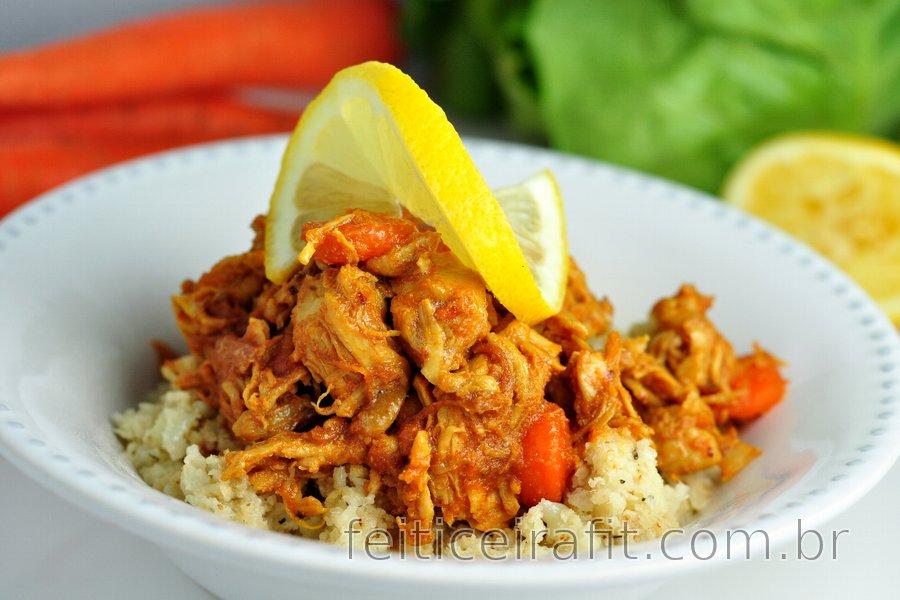 """Peito de frango low carb com cenoura e """"arroz"""" de couve-flor"""