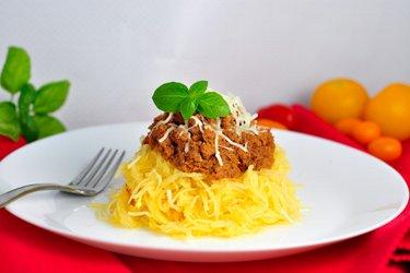 """Abóbora """"espaguete"""" com peito de peru desfiado e molho de tomate"""