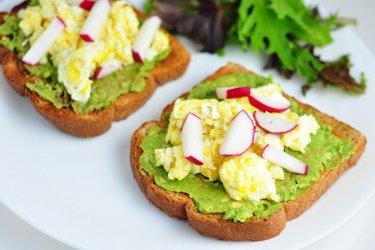 Torrada saudável com abacate, ovos mexidos e rabanete
