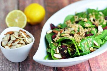 Salada de espinafre com molho de mel, mostarda e sementes de gergelim