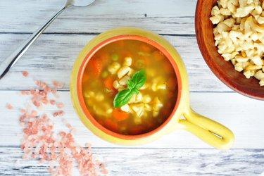 Sopa saudável de cenoura, ervilha e nhoque de grão-de-bico