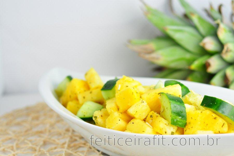 Salada refrescante de abacaxi e pepino