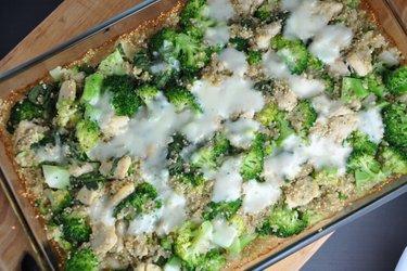 Quinoa ao forno com brócolis e frango