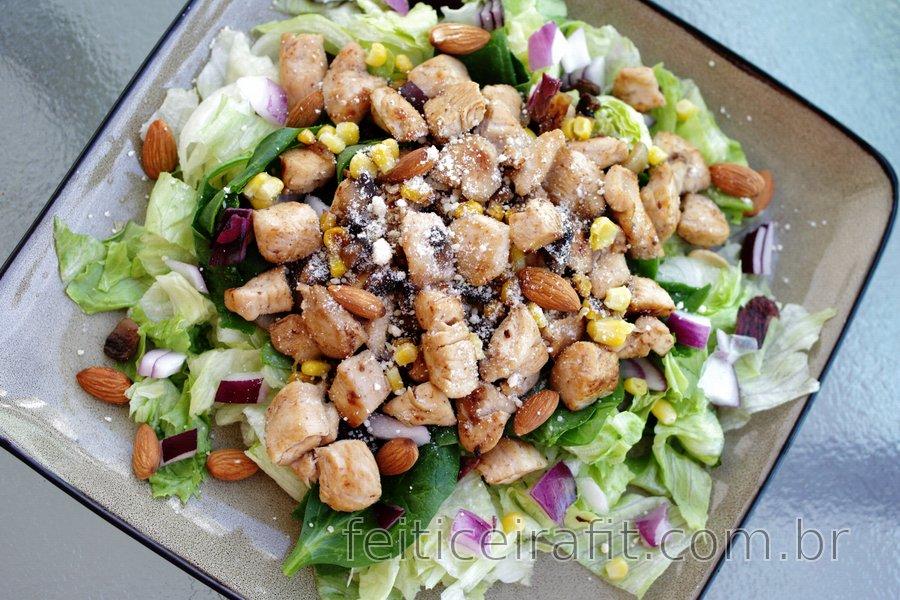 Salada de frango saudável com cebola roxa e amêndoas