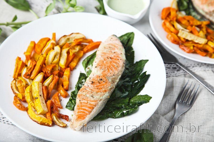 Salmão grelhado com legumes e molho de alho e iogurte