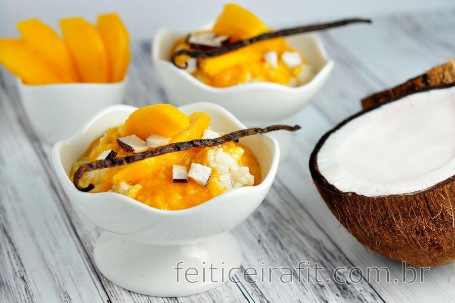 Pudim saudável de leite de arroz e baunilha com manga