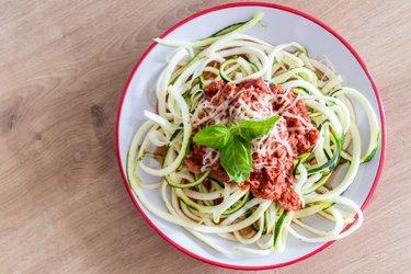 """""""Espaguete"""" de abobrinha light ao molho de atum"""