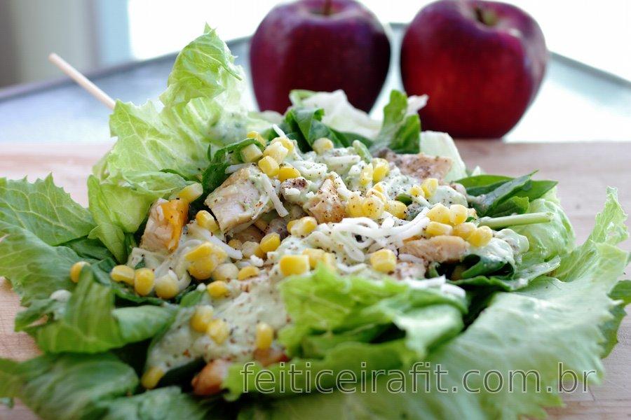 Sanduíche light de frango com salada e molho de abacate