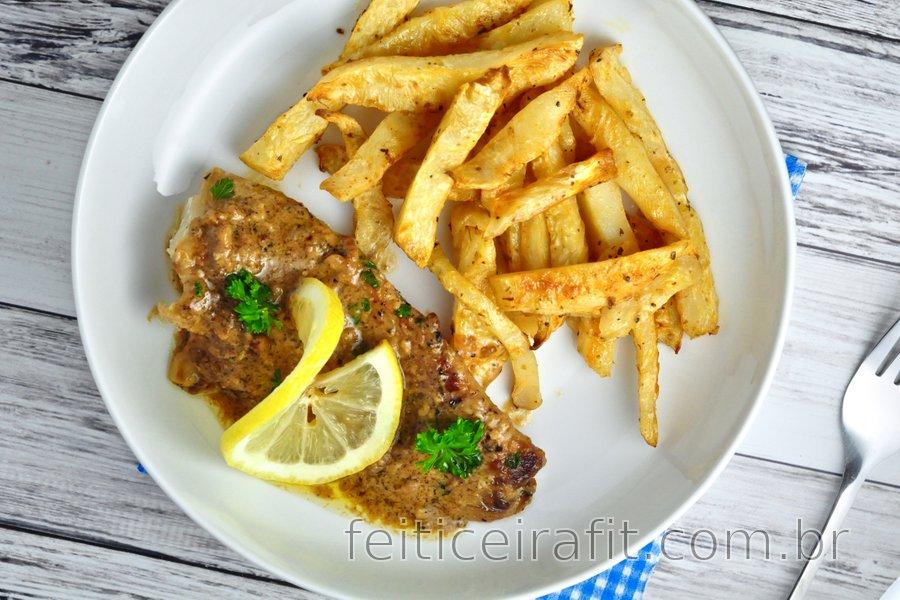 Bacalhau com molho de limão e alho e chips de aipo