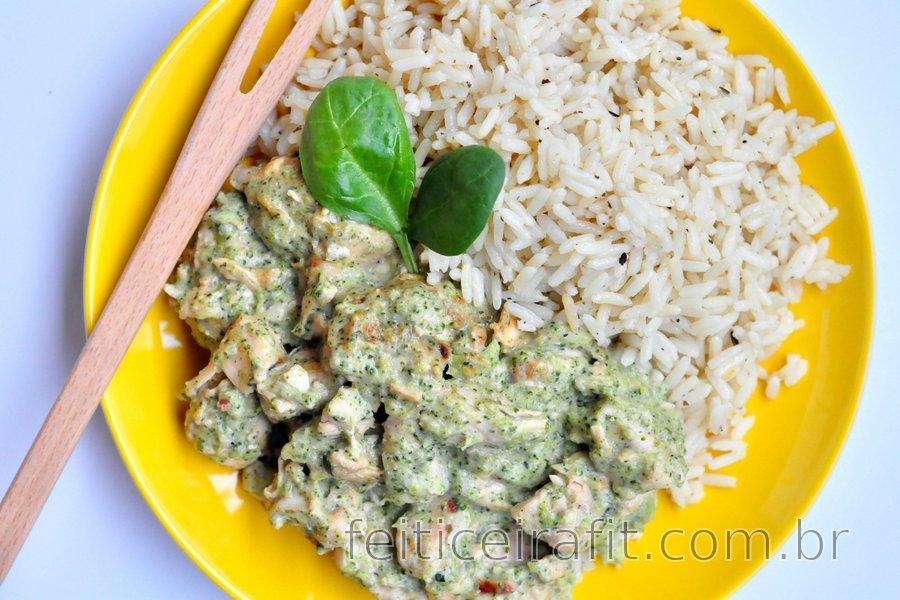 Frango fitness salteado com molho de brócolis e queijo azul