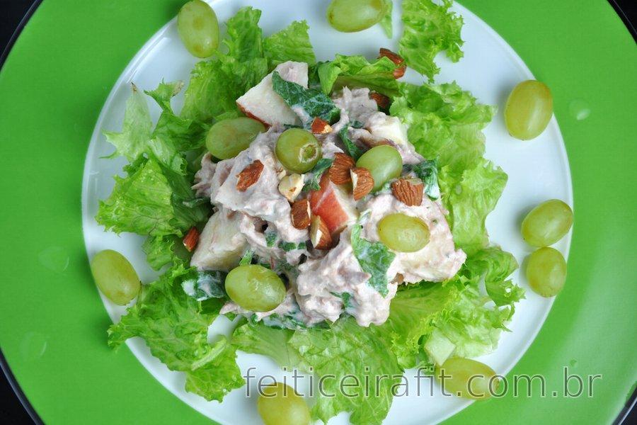 Salada de atum com frutas e vegetais