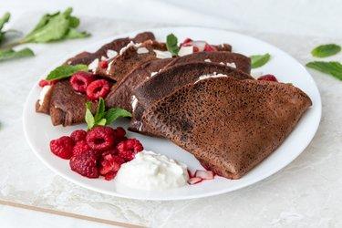 Crepes de chocolate e espelta com ricota e framboesa