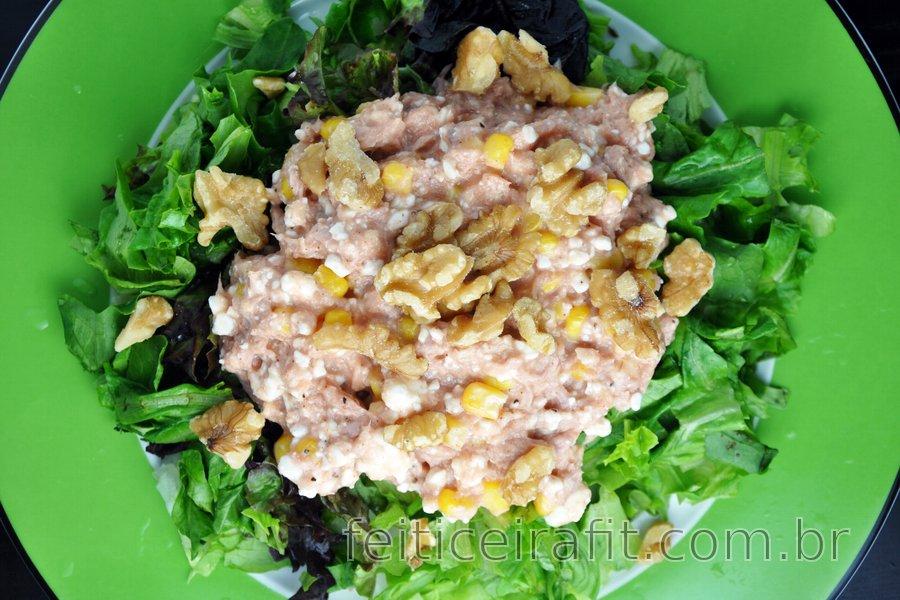 Salada de atum com queijo cottage, milho e nozes