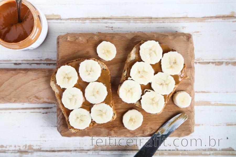 Torradas integrais com banana e manteiga de amendoim