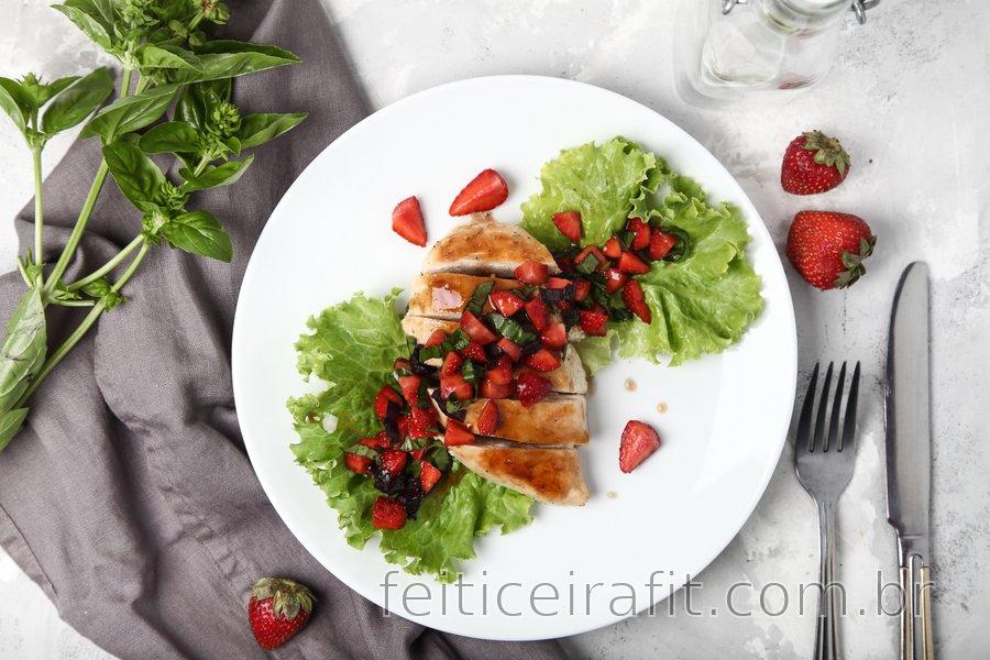 Peito de frango grelhado com manjericão e morango