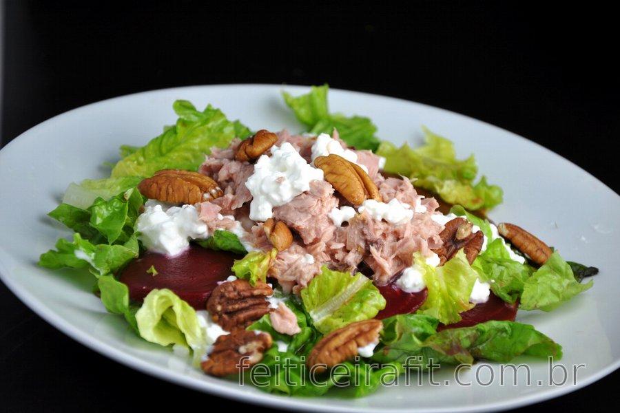 Salada de atum saudável com beterraba e nozes