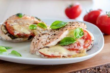 """Peito de frango grelhado """"caprese"""" com tomate, manjericão e muçarela"""
