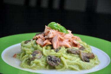 Espaguete de abobrinha com molho cremoso de abacate e salmão