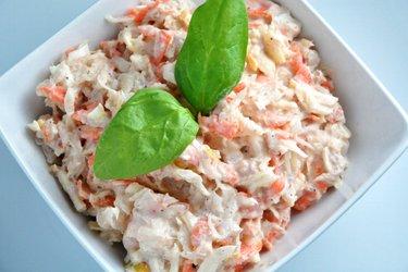Salada de atum com repolho, chucrute e maçã