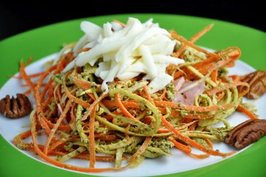 Espaguete de cenoura e salsinha com molho pesto