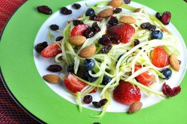 Salada leve de abobrinha e frutas com molho de limão